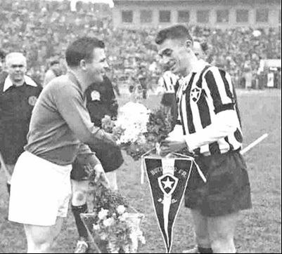 O Zagueiro botafoguense Bob, em troca de galhardetes com o extraordinário Ferenc Puskas.